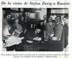 """Zweig firmando sus obras en Rosario. Detrás, Laudelino Ruiz con dos libros en la mano, y a su izquierda, de traje rayado, Abel Rodriguez (escritor y redactor cultural del diario """"La Capital""""). Más atrás, Alfredo Cahn, periodista  y traductor de Zweig, de nacionalidad suiza."""